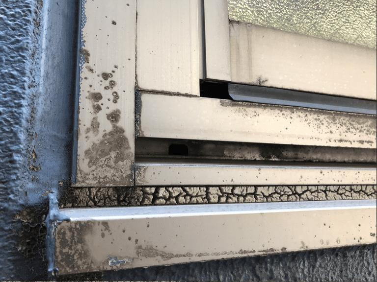 サッシ水切り上は雨漏り原因となる重要な部分ですが、放置される場合も