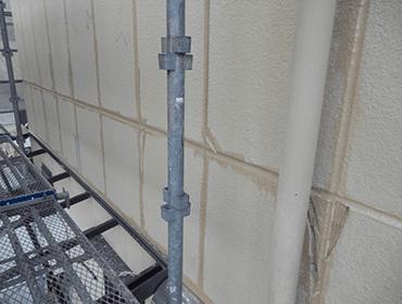 2. シーリングのプライマー処理とひび割れ欠損補修